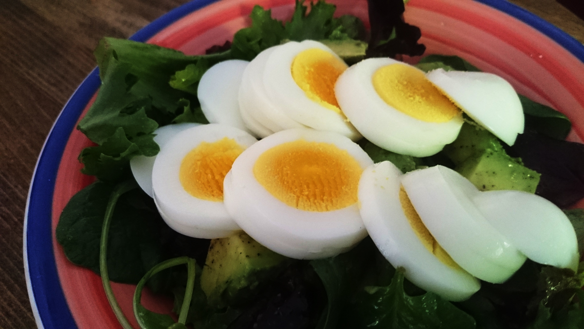 Salad with avocado and egg